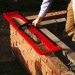 Как кладут стену из кирпича?