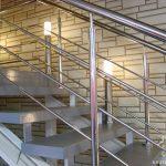 Хромированные перила для лестницы: особенности материала, сборки